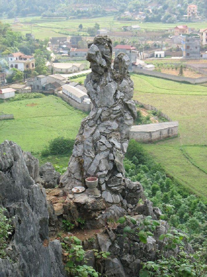 Nàng chinh phụ ôm con chờ chồng hóa đá